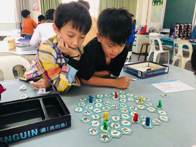 雲林縣鎮南國小課後才藝班選擇多元,除體能課程外,藝文課程則以圍棋、桌遊等較受青睞。圖/鎮南國小提供
