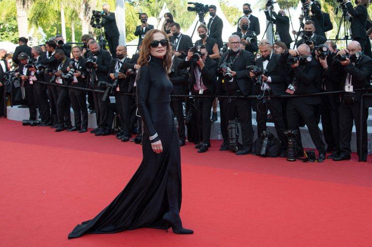 穿上BALENCIAGA黑色禮服的伊莎貝雨蓓,高領剪裁配經典襪靴、墨鏡,像是化身...