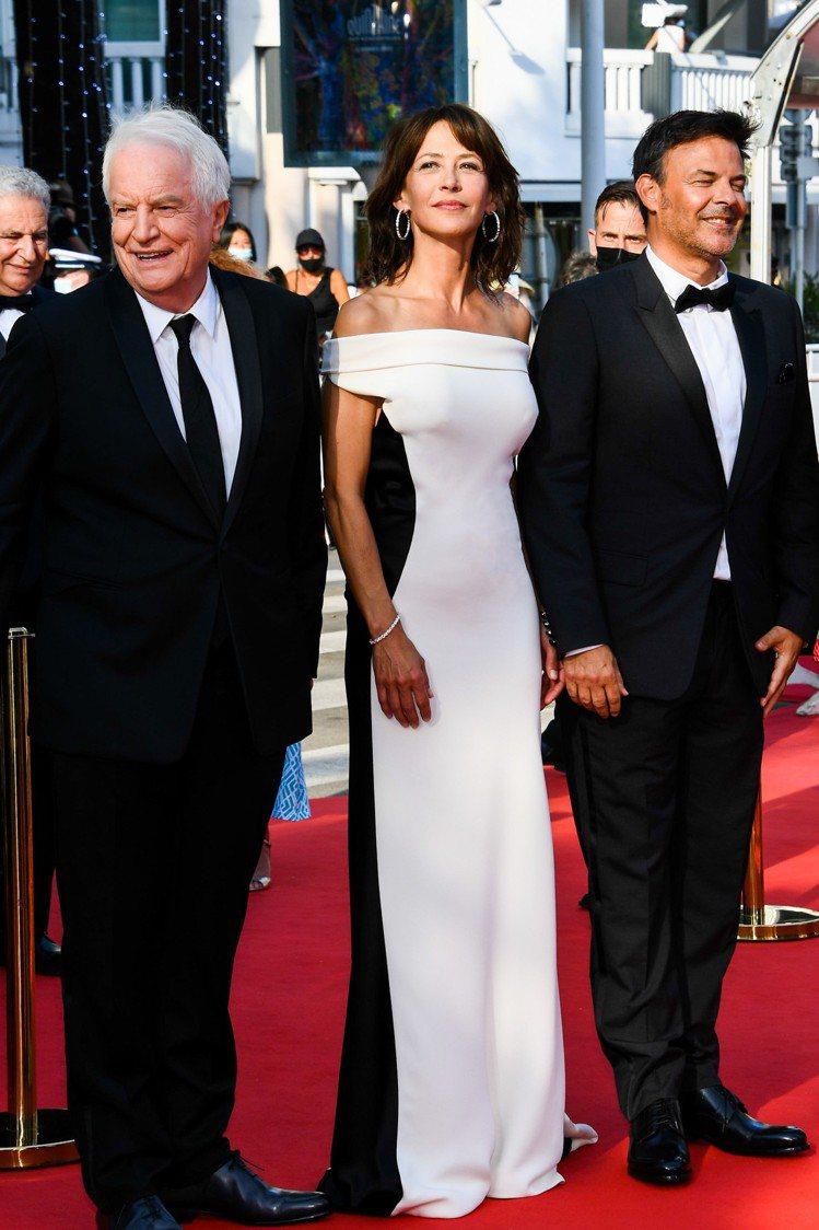 蘇菲瑪索日前現身《一切都很好》坎城影展首映會,當天她身穿VALENTINO的20...