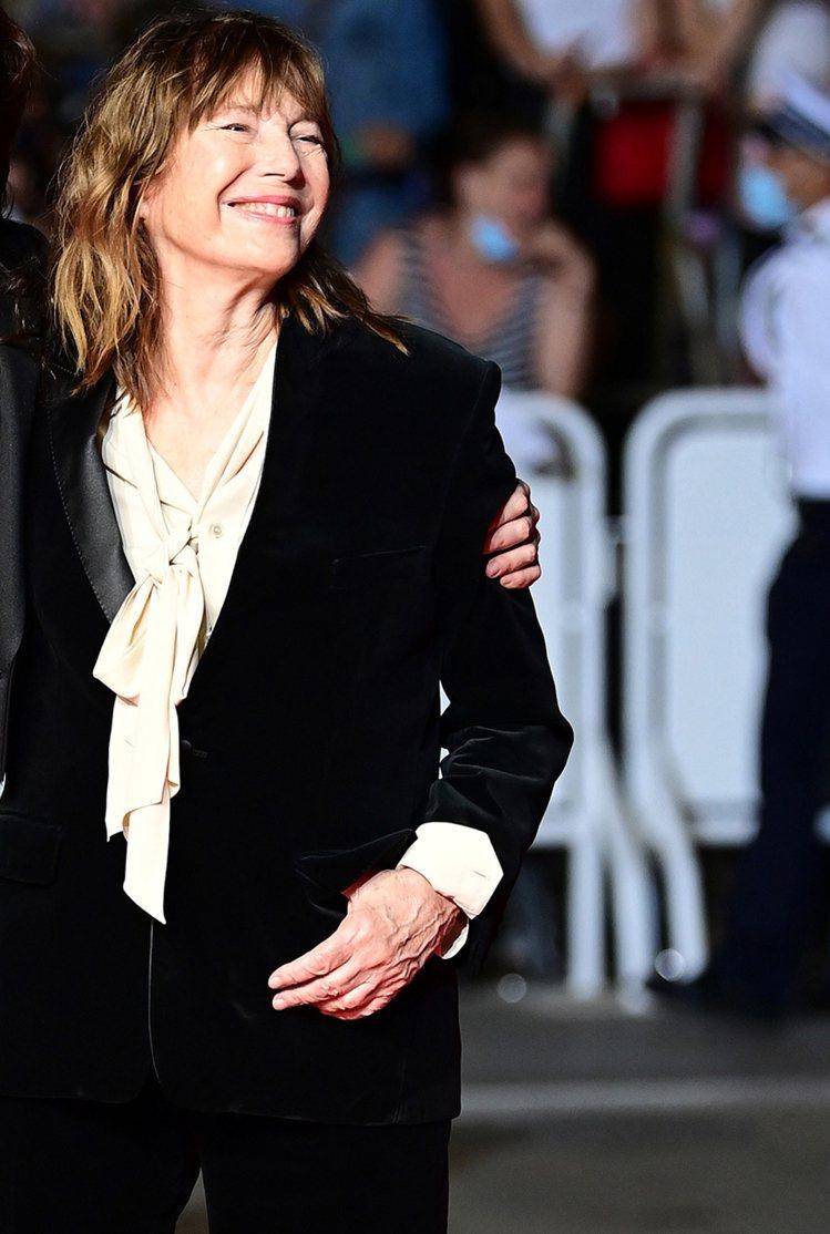 珍柏金以CELINE天鵝絨套裝內搭鵝黃色緞面蝴蝶結襯衫,布料展現出的高雅雋永質感...