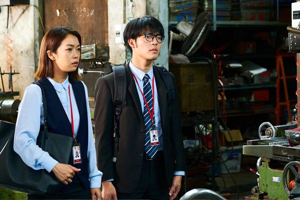 陳昊森(右)在「大債時代」中飾演職場新鮮人。圖/八大電視提供