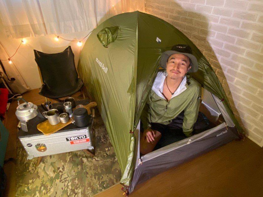 王少偉示範在家也可以享受露營的樂趣。圖/建印娛樂提供