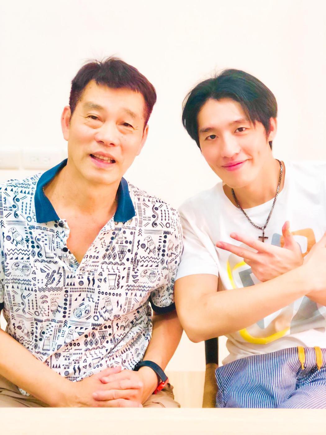 黃昺翔(右)跟爸爸私下互動常常虧來虧去。圖/無限美好文創娛樂提供