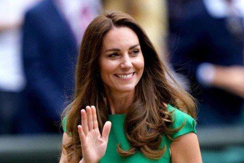 凱特王妃5日被爆因與新冠確診者有過接觸,因而進行居家自主隔離10天。昨天溫布頓網球賽舉行女單競賽,凱特王妃及威廉王子都盛裝出席觀賽,這也是凱特解除隔離後首次現身。凱特昨晚和威廉王子一同出席,賽後開心...