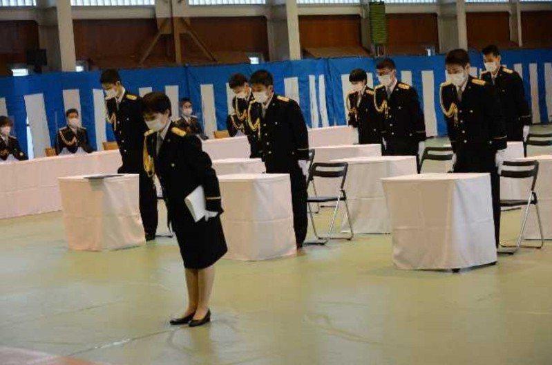 負責護衛日本皇族與皇居警備任務的皇宮警察本部已有130年的歷史,但直到今年才首次誕生了女性的「皇宮警視正」,象徵日本男女平權翻過一個新的篇章。圖為今年2月2日的皇宮警察學校的畢業典禮。圖/取自日本皇宮警察本部網站