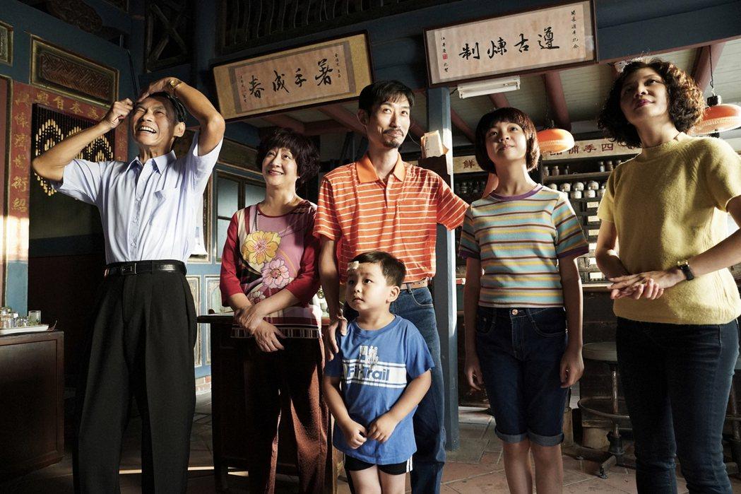夏靖庭(左起)、楊麗音、陳竹昇、吳以涵、于子育、李煜埼這一家人在「俗女養成記2」...
