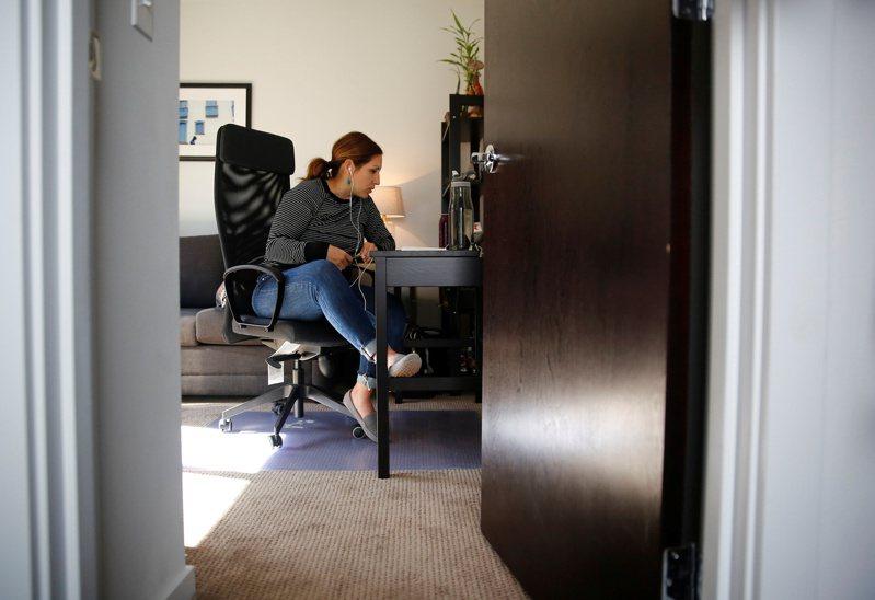 美國疫後經濟復甦之際,許多公司需才孔急但不少高齡勞工失業。原因之一可能是高齡勞工在家工作能力不夠,無法因應職場所需。圖為在家上班示意圖。路透
