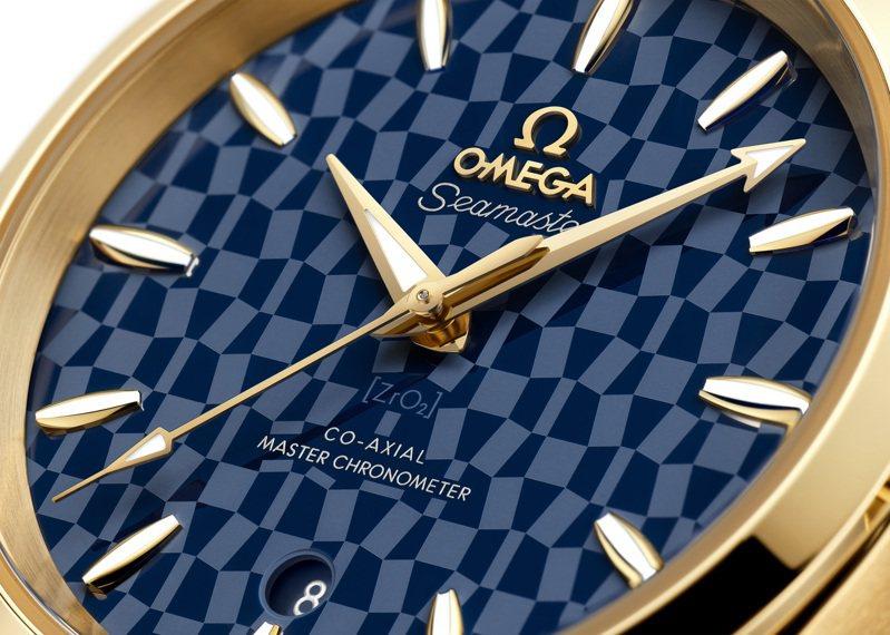 OMEGA海馬Aqua Terra東京2020黃金版腕表,藍色陶瓷表盤雷射鐫刻2020年東京奧運會徽章的圖案。圖/歐米茄提供