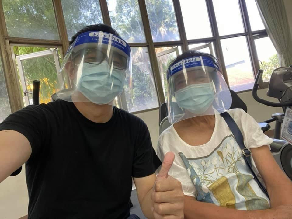 陳昭榮帶媽媽施打疫苗,口罩、面罩全副武裝。圖/摘自臉書