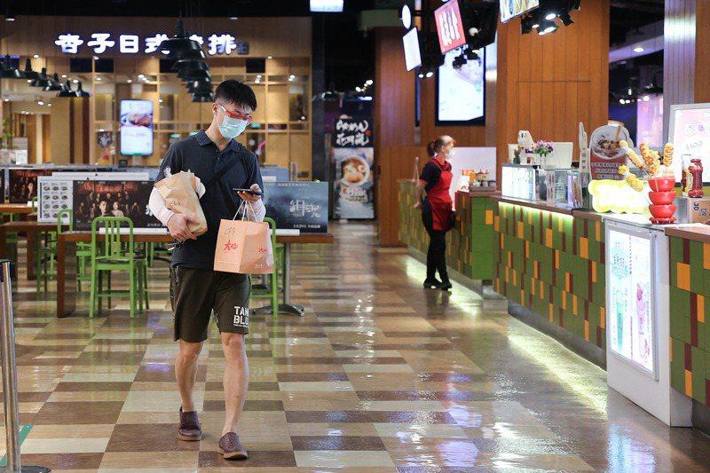百貨商場等業種屬於民生必須,仍可繼續營業,但信義商圈受疫情影響人潮大減。圖/聯合報系資料照片