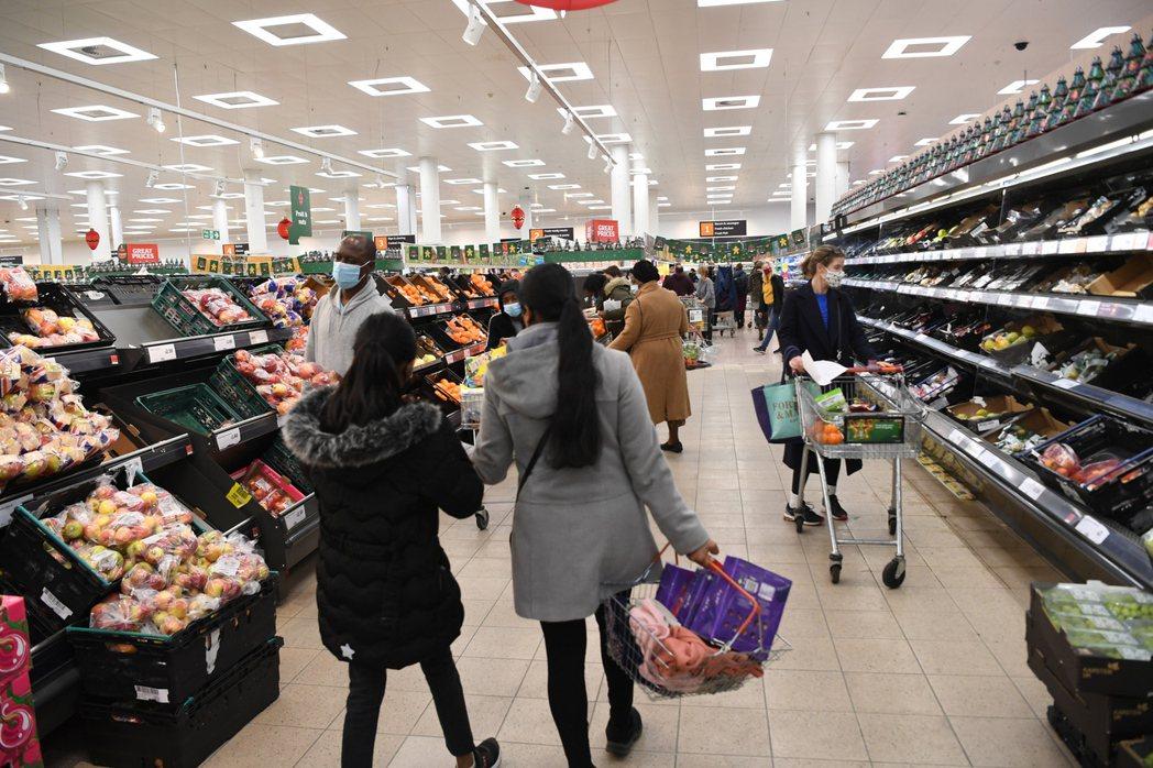 英國食品業今年夏天正遭遇人力不足的嚴峻挑戰。(本報系資料庫)
