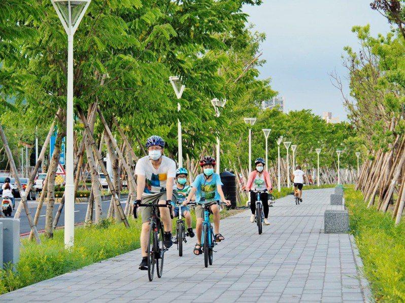 隨著高雄市鐵路地下化與軌道拆除後,原本長達15.37公里的鐵道,全線蛻變為嶄新綠園道,成為都市景觀的新亮點。圖/高雄市政府提供