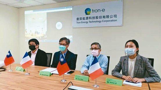創奕能源與法國自動駕駛領導廠商Navya公司線上簽署合作備忘錄,圖為台灣出席代表...