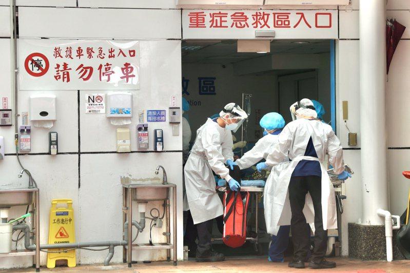 專家分析,台灣本土疫情發生至今已經接近兩個月,致死率還在上升,可能有四個原因,包括醫院擁擠、不夠早期診斷、不熟悉治療指引、無症狀確診比例偏低。圖為醫院收治患者的狀況。本報資料照片