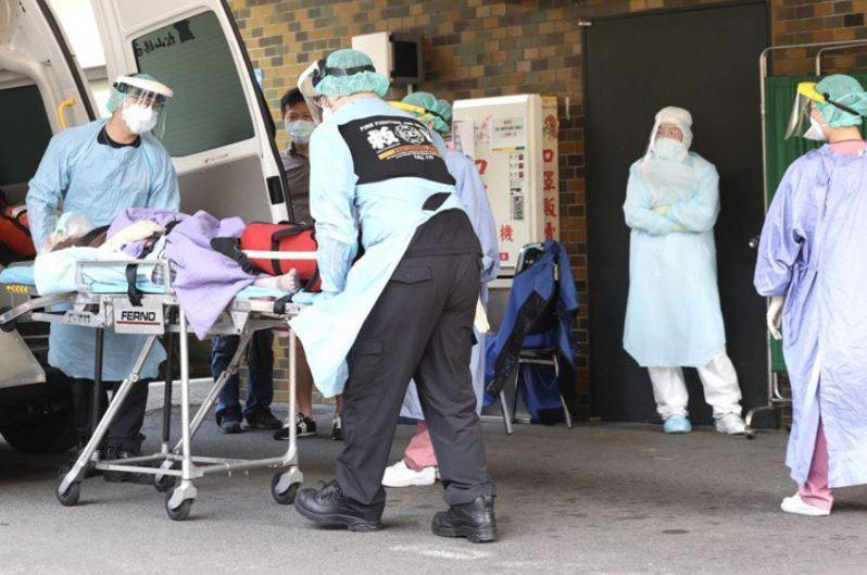 台灣重症、死亡率高居不下,專家認為有四個面向必須檢討,分別是篩檢、匡列、就醫、用藥時機。圖為示意圖。圖/聯合報系資料照片