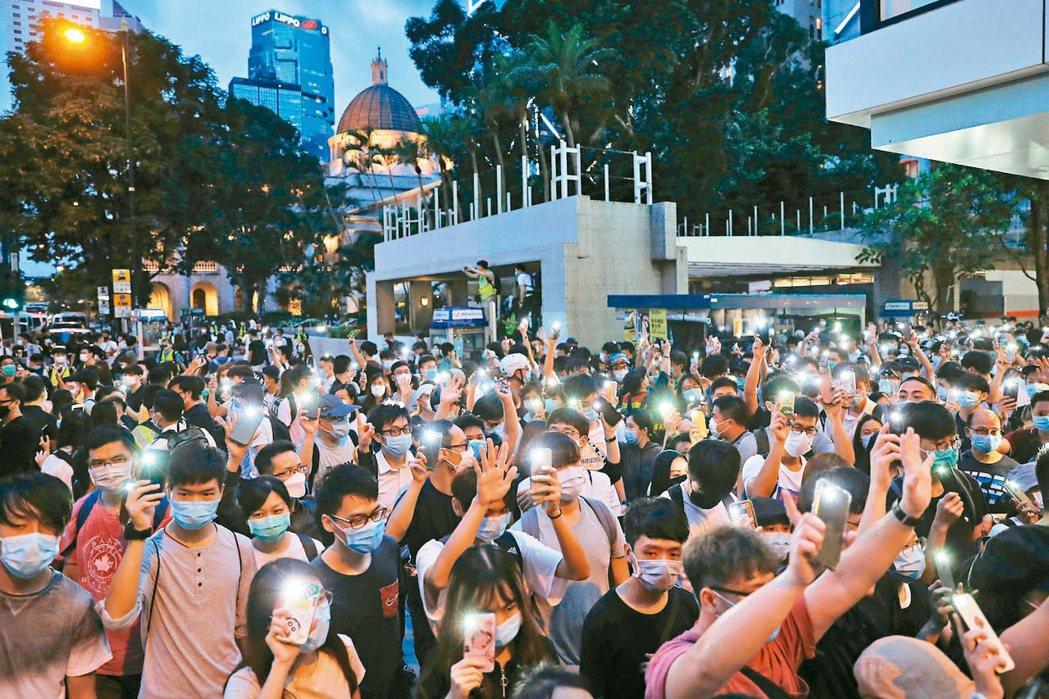 示威者在香港多處遊行抗議遊行,紀念反送中運動一周年。(路透)