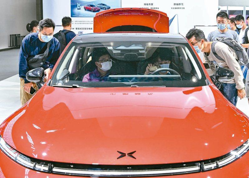 大陸電動車賣太好,引發「電池荒」來襲!小鵬汽車CEO何小鵬透露,他在寧德時代的電池工廠待了一星期才拿到貨。(中新社)