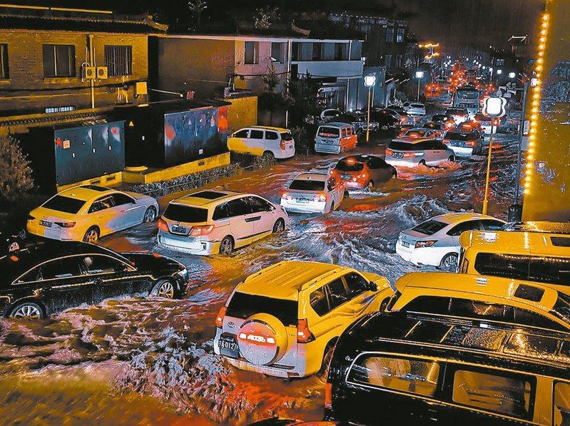 山西五台山十日晚間突降暴雨,山體滑坡造成交通阻塞。(中新社)