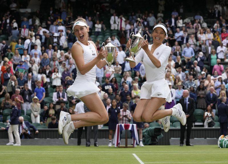 謝淑薇(右)和搭擋梅騰絲笑擁溫布頓女雙金盃。(美聯社)