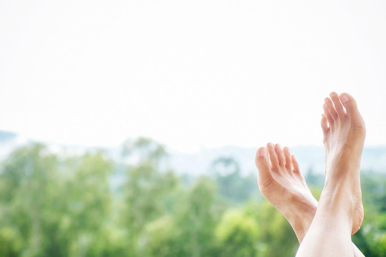 腳臭發生會受到情緒影響,當情緒改變、有緊張壓力時,會促進腳底排汗,經細菌分解代謝...