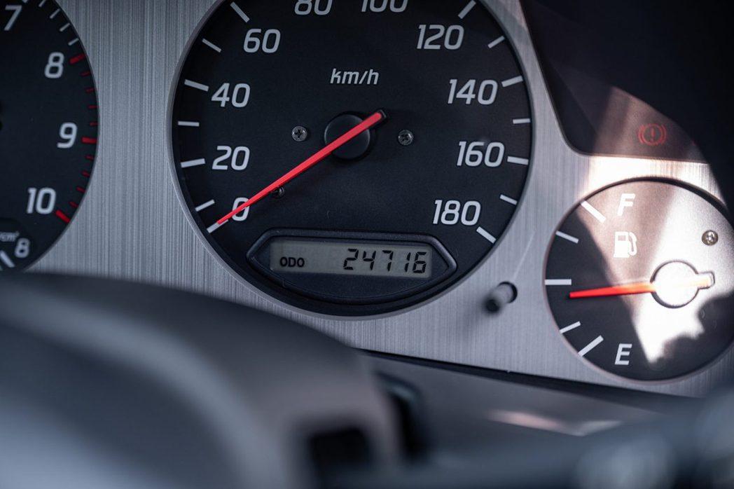 行駛里程僅有相當少的24,716公里。 摘自bringatrailer