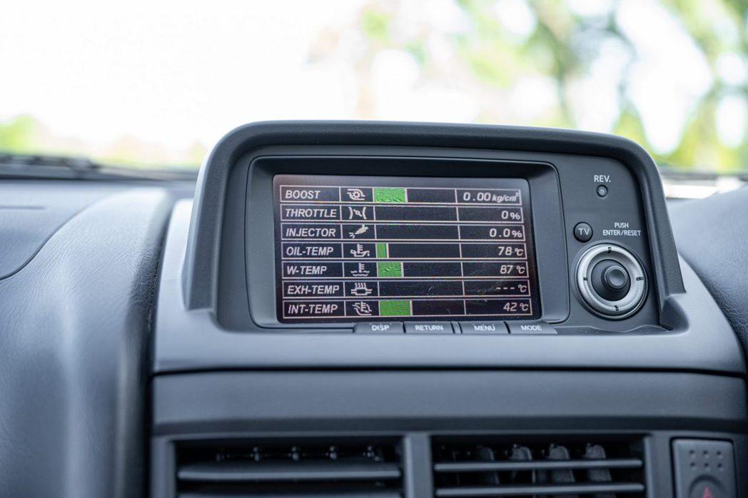 R34 GT-R上最新引人的LCD液晶中控顯示幕。 摘自bringatraile...