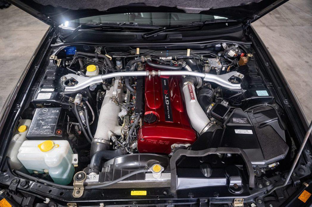 Nissan銘機RB26DETT直列六缸雙渦輪增壓引擎。 摘自bringatra...