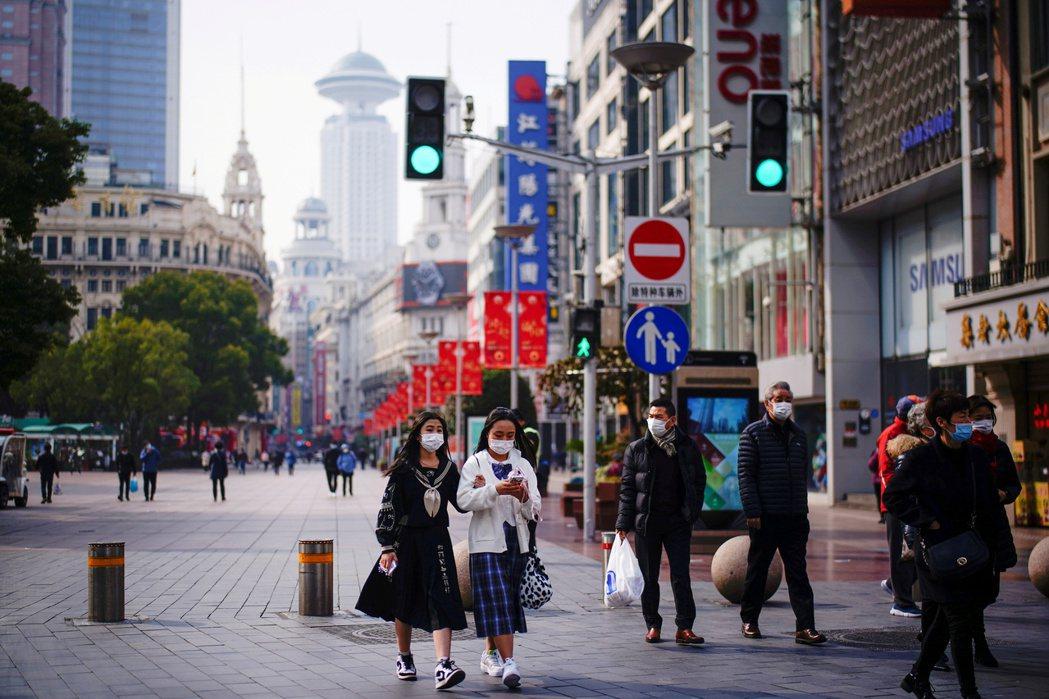 中國近期發生「網路互助平台」關閉潮,有上億用戶權益受損,造成龐大社會問題。 圖/路透社