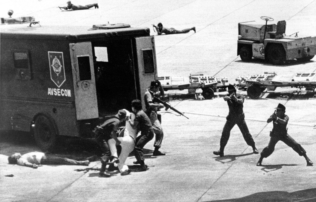1983年8月,小班尼格諾·艾奎諾在菲律賓馬尼拉下飛機時被暗殺,隨後立即被送上保...