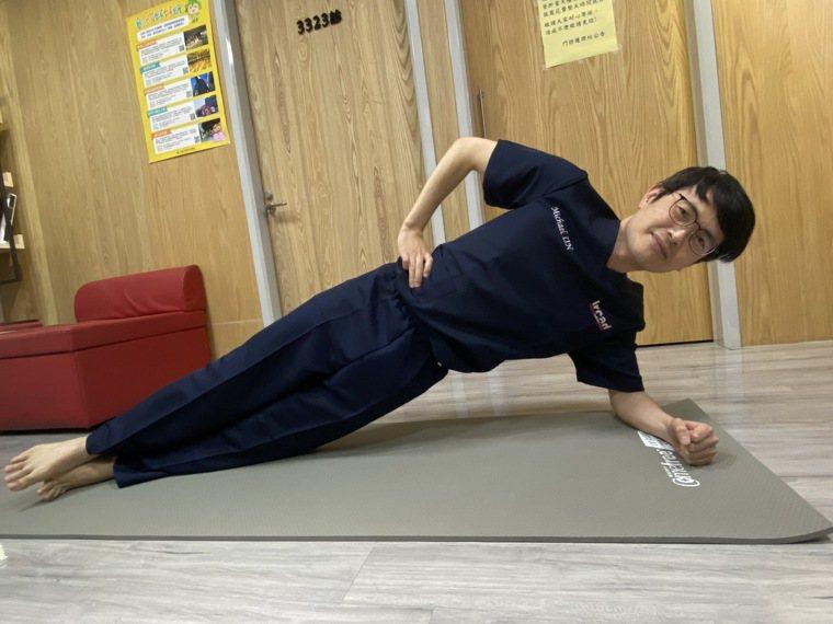 居家期間核心運動,一手支撐身體另一手叉腰,透過腹部力量將身體維持一直線,維持約3...