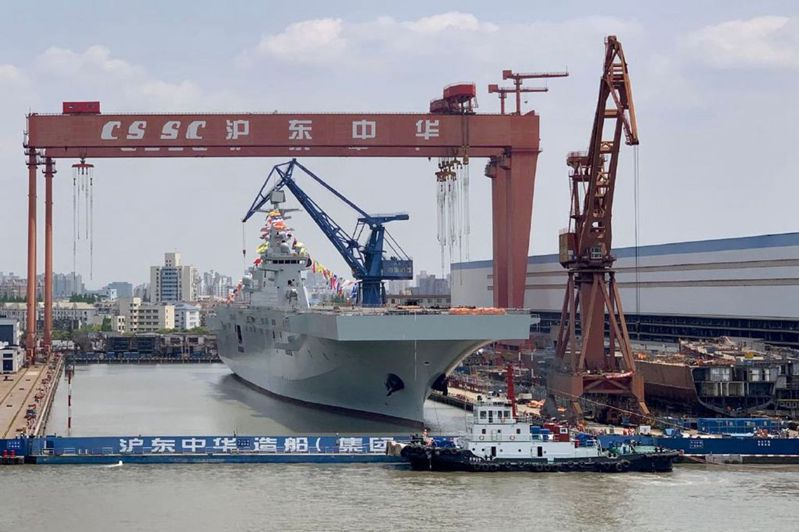 在滬東中華造船廠船塢內的075二號艦。圖/取自網路