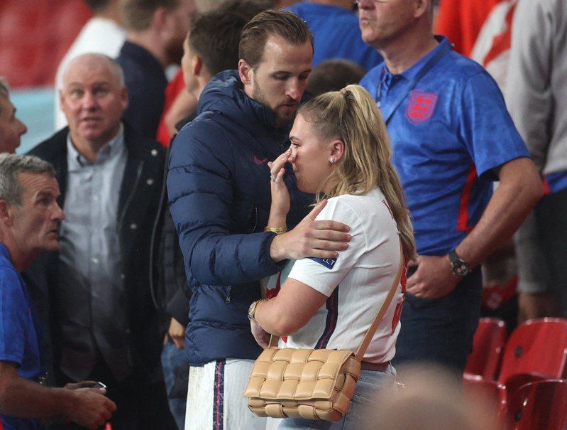 英格蘭敗給義大利,隊長凱恩賽後安慰難過的妻子。 法新社