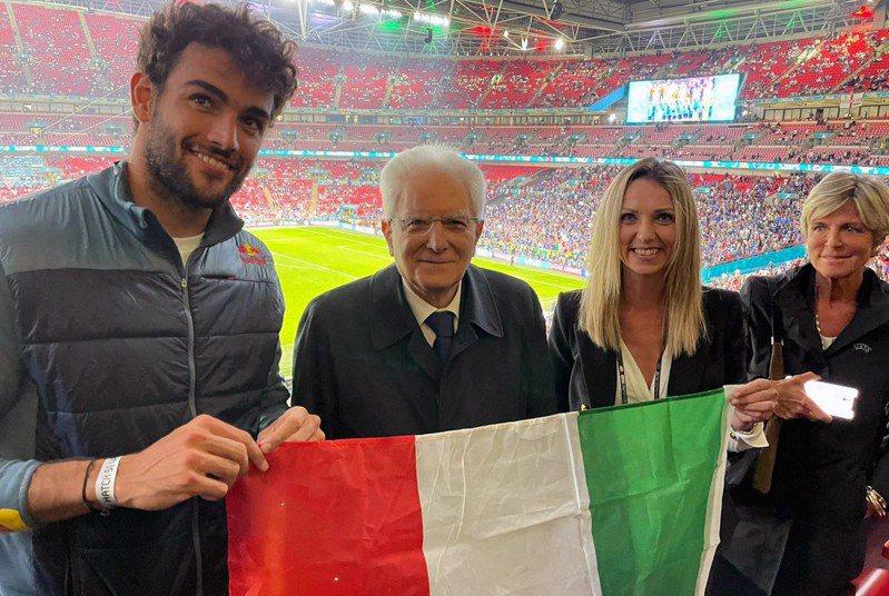 義大利總統馬達雷拉(左2)親自出席歐國盃觀賽。 法新社
