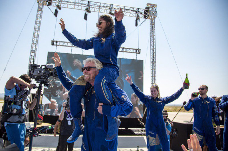 英國億萬富翁布蘭森今天在美國新墨西哥州沙漠舉辦一場熱鬧的派對,紀念自己首趟太空之旅圓滿成功。 美聯社