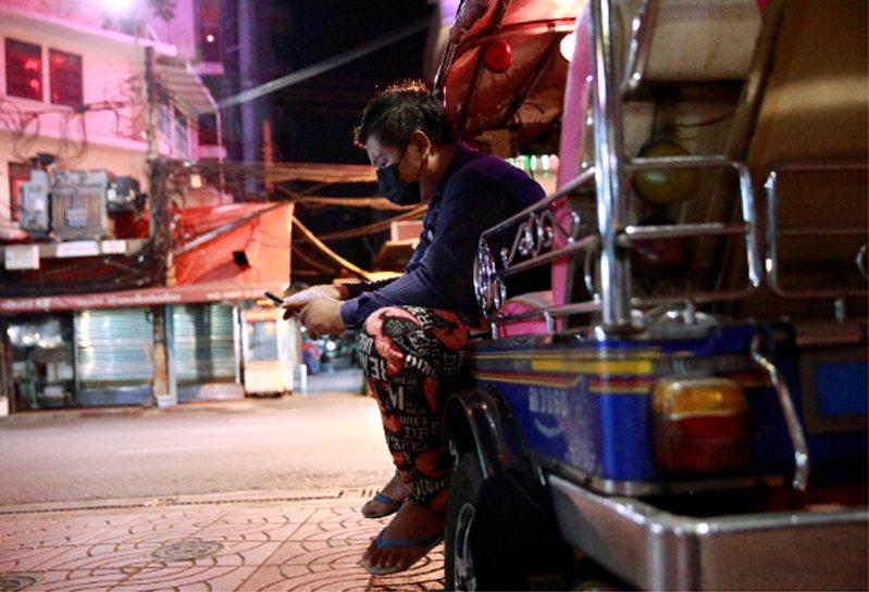 曼谷一處建築工地發現有7名工人同時感染Alpha變種病毒和Delta變種病毒。圖為泰國街頭原本人來人往,目前無人景象。 路透