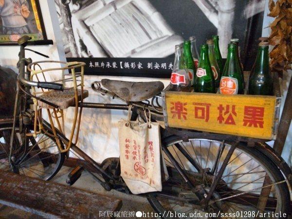 角落處有一台已經生銹老態的腳踏車,感覺一移動,零件就會輕易脫落