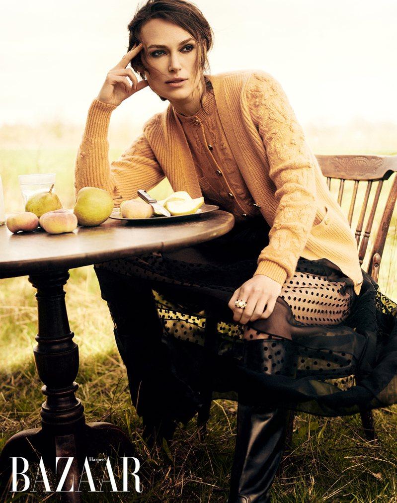 淺橘色喀什米爾針織花卉印花連身褲、同款外套、黑色圓點印花綢紗長裙,Chanel;TWEED CONTRASTÉ戒指,Chanel High Jewellery。