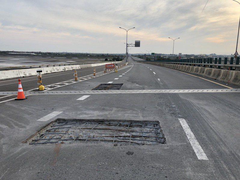 台61線苗栗縣後龍鎮觀海大橋南向橋面維修工程,切割出5到10公分深的坑洞,交通錐、警示燈7月11日清晨遭移開,造成車輛誤入。圖/民眾提供