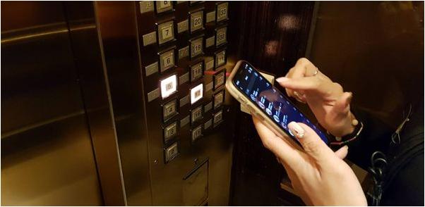 上班族接觸電梯按鈕再使用手機,就可能染上病毒。圖/許秉毅提供