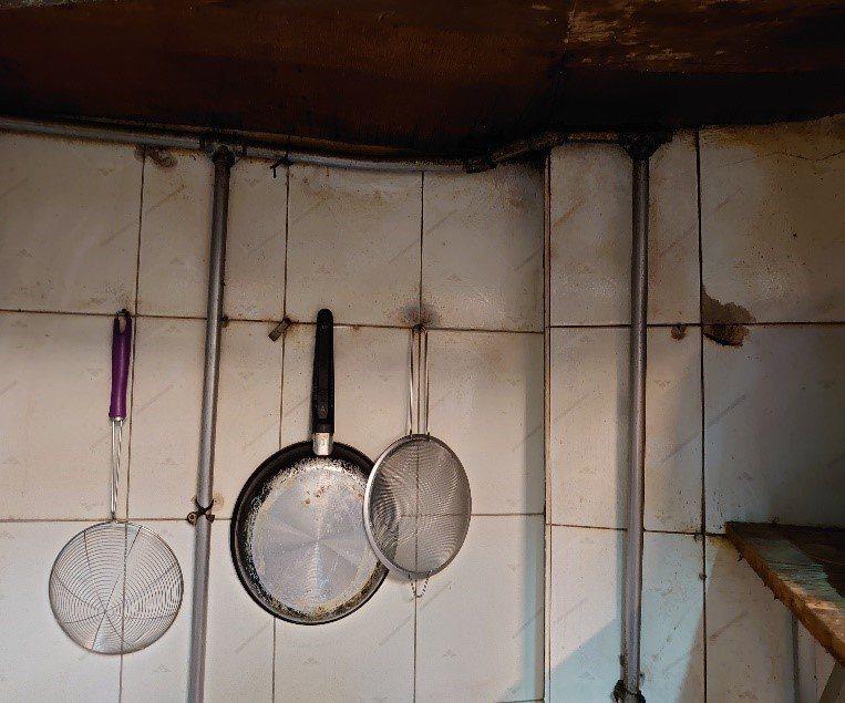 餐飲業者已在限期內改善天花板積灰、牆面不潔情況。圖/北市衛生局提供