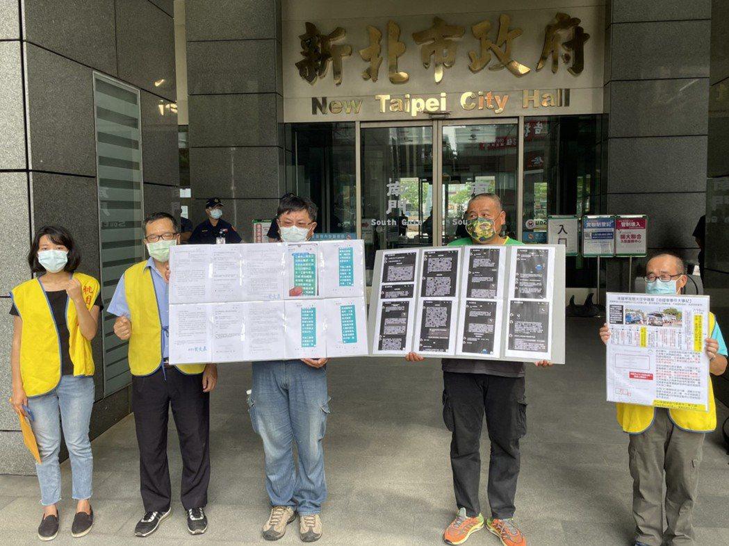 美麗華工會今日到新北市政府外陳情,希望資方能答應他們提出的3項訴求。記者張睿廷/...