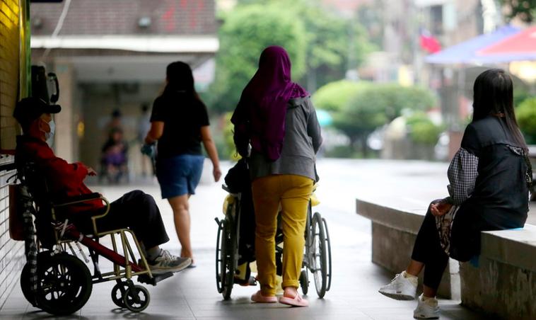 院外看護劉小姐說,她是持有長照小卡、及執照證書的院外看護,從疫情發生至今,仍必須...