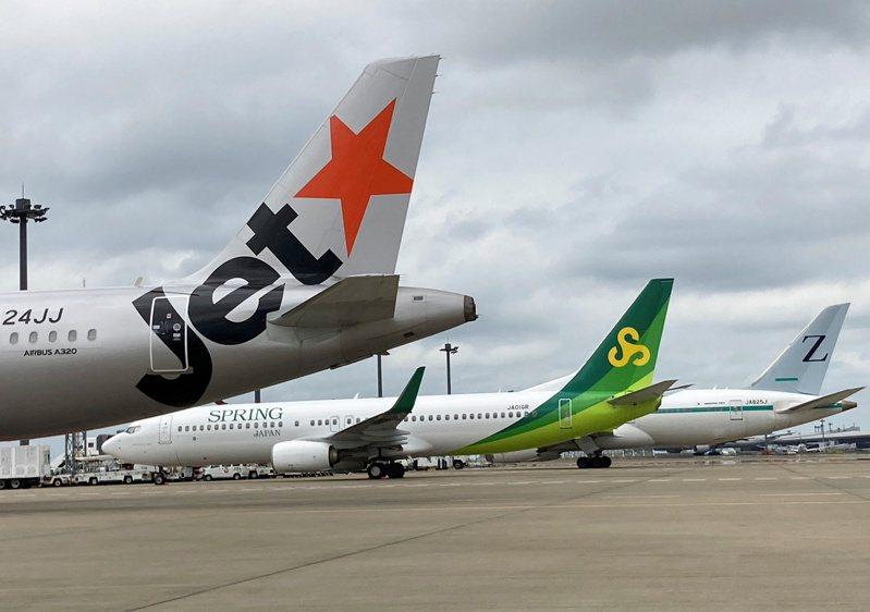 日本航空旗下的三家廉價航空公司飛機,左起捷星日本、春秋日本、ZIPAIR TOKYO。路透