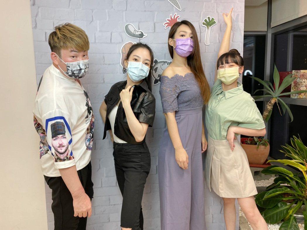 紅毛(左起)、張家瑋、李又汝、吳鈺萱上「大手牽小手」直播節目。圖/民視提供