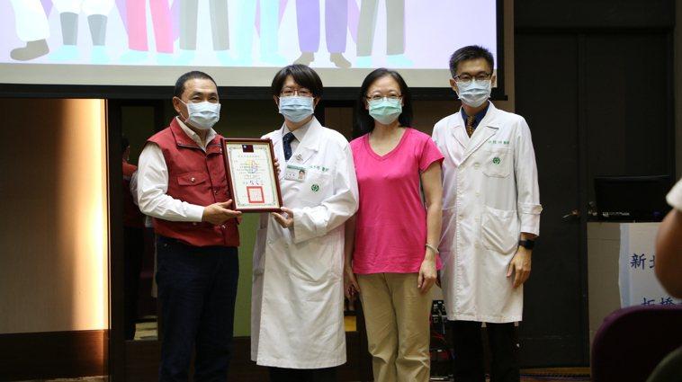 新北市長侯友宜頒發感謝狀予亞東醫院醫療團隊。圖/亞東紀念醫院提供