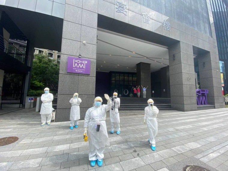 進駐「板橋集檢所」的亞東醫院醫療團隊目送已康復病人離開。圖/亞東紀念醫院提供