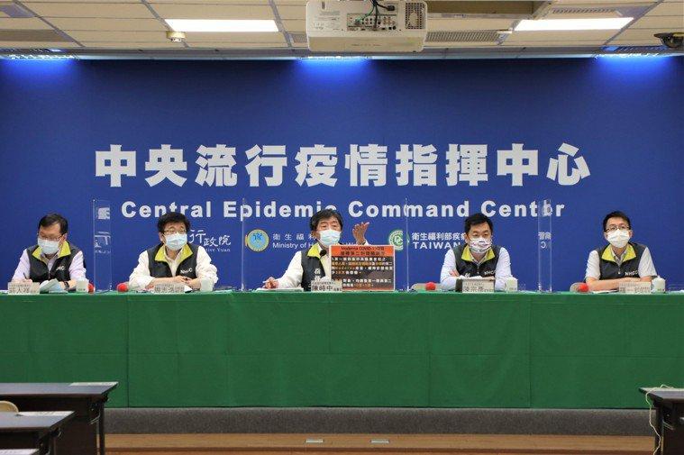 中央流行疫情指揮中心7月12日記者會。由左到右發言人莊人祥、疫情監測組組長周志浩...
