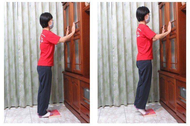 動作五,站姿腳尖踮起放下(雙手扶著增加安全感)。圖/新竹台大分院提供