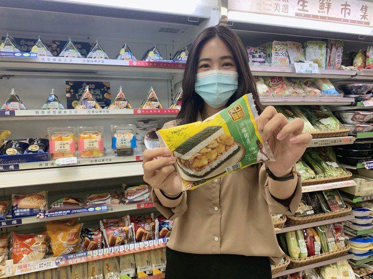 全新「MAMAK檔」聯名,推出3款正統馬來西亞美味料理,其中「大口沙嗲烤雞飯糰」...