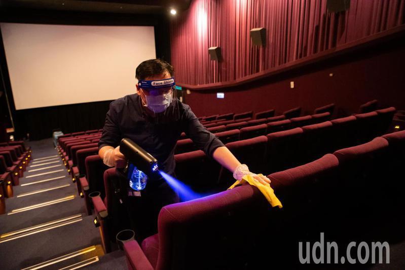中央流行疫情指揮中心日前宣布,電影院自7月13日微解封,明日起台北市就開始開放民眾至電影院觀影,信義威秀為了讓觀眾安心觀影在每一場放映結束後,都將由專人入場全規模無死角消毒,以利每一場次的觀眾,從座椅空調等等都能確保在最安全狀況。記者季相儒/攝影